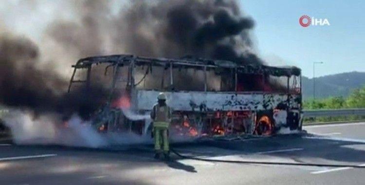 Seyir halindeki otobüs alev alev yandı, 19 yolcu son anda kurtuldu