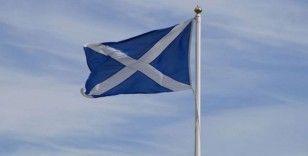 İskoçya'da sel nedeniyle tren raydan çıktı