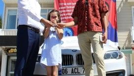 YKS'de birinci olan öğrencisine 450 bin liralık lüks aracını hediye etti