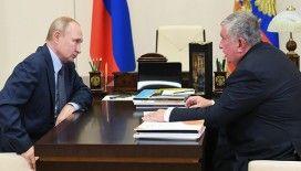 Rosneft Başkanı Seçin, Putin'e bir şişe petrol yağı hediye etti