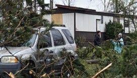 Florida'da şiddetli rüzgar kamyonu devirdi