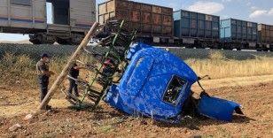Elazığ'da tren kazası, traktör ikiye bölündü