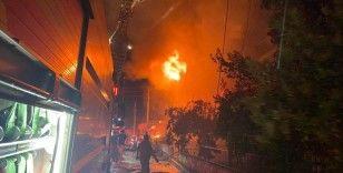 İzmir'de yangın dehşeti: 4 katlı bina yandı, anne ve bebeği kurtarıldı
