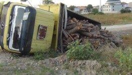 Rampayı çıkan odun yüklü kamyon şarampole devrildi