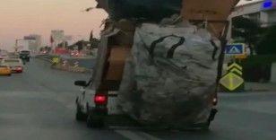 Kasasında karton yığınlarıyla E-5'te ilerleyen kamyonet şaşkına çevirdi