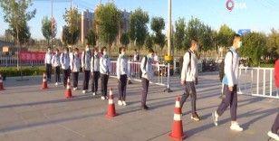 Çin'de yeniden okula dönen öğrencilerin heyecanı
