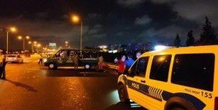 TEM'de yolun karşısına geçmeye çalışan 2 kişiye otomobil çarptı
