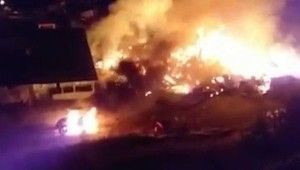 Erzurum'da çıkan yangının alevleri geceyi aydınlattı