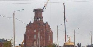 Rusya'da inşaat halindeki kilisenin kubbesi vinçten düştü