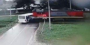 Rusya'da otobüsle lokomotif çarpıştı