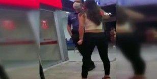 Alkollü kadın büfeyi dağıtıp, polislere saldırdı
