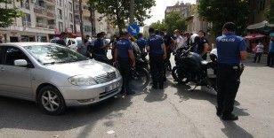 'Dur' ihtarına uymayanların peşine düşen polisler kaza yaptı