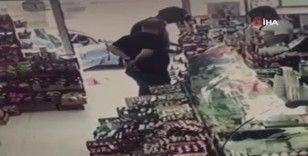 Alkol kutusunu pantolonunun arkasına sokup çalan hırsız kamerada
