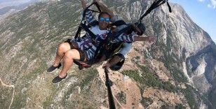 Liverpool Belediye Başkanı Rothery, yamaç paraşütü ile uçtu