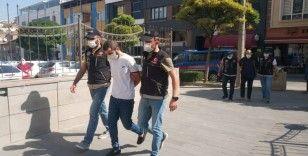 Narkotik şube aracına çarparak kaçan uyuşturucu satıcıları yakalandı