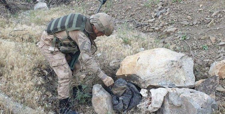 Hakkari'de PKK'lı teröristlere ait patlayıcı düzenekleri ve mühimmat ele geçirildi