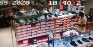 Alışveriş merkezindeki cep telefonu hırsızlığı kamerada