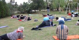Şalvarlarıyla pilates eğitimine katıldılar