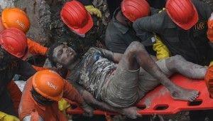 Hindistan'da bina çöktü