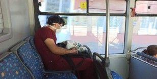 Yoğun mesai sonrası otobüste uykuya yenik düştü