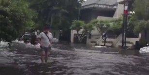 Jakarta sele teslim: 2 ölü