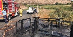 Balıkesir'de kamyonet ana yolda yandı