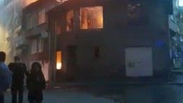 Bursa'da eski bina alev alev yandı