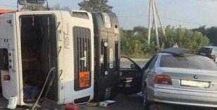 Rusya'da hızla giden araç çöp kamyonuna çarptı: 2 yaralı