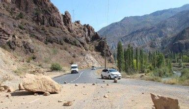 Yola düşen dev kayalar yolu kapattı