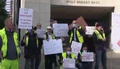 Tegel Havalimanı çalışanlarından 'işimi istiyorum' protestosu