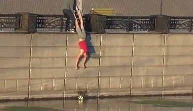 Rusya'da nehre düşen topu kurtarmak isteyen gençlerin operasyonu viral oldu