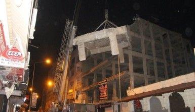 Kilis'te çürük binaya gece yıkımı