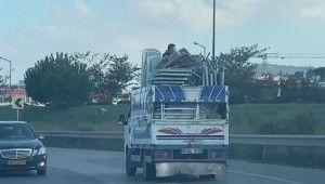 Ümraniye'de kamyonet kasasında tehlikeli yolculuk kamerada