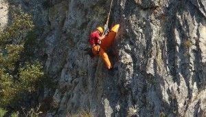 Kanyondan yuvarlanan dağcıyı kaskı ölümden kurtardı
