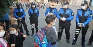 Polisten öğrencilere maskotlu 'Koronavirüs' uyarısı
