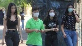 Maskeyi koluna takan kız öğrenci polisten kaçtı