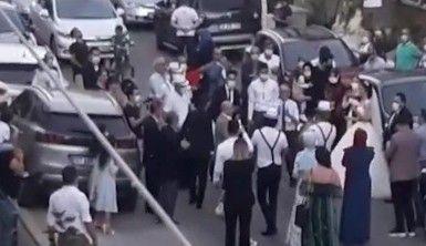 Antalya'da sokağa taşan maskeli sosyal mesafesiz düğün