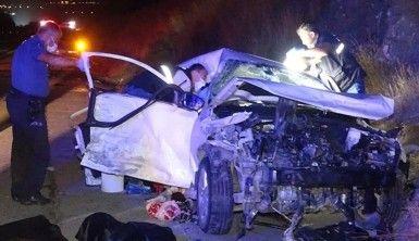 Hafif ticari araçla otomobil çarpıştı