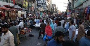 Pakistan'da halkın çoğunluğu Kovid-19 önlemlerine ilgisiz