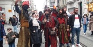Taksim'de ilginç kostümleriyle ilgi odağı oldular