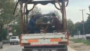 Seyir halindeki kamyonetin kasasında tavla keyfi