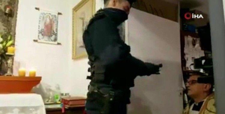 Polonya polisi korona önlemlerinin hiçe sayıldığı ayini kesip papazı gözaltına aldı
