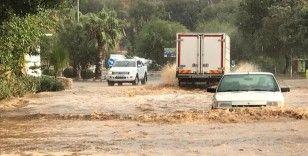 Antalya'da sağanak ve rüzgar etkili oldu