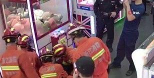 Oyun makinesine düşen çocuğun yardımına itfaiye yetişti
