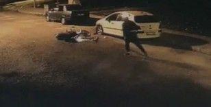 İzmir'de park halindeki araca çarpan motosiklet sürücüsünün kaçtığı anlar kamerada