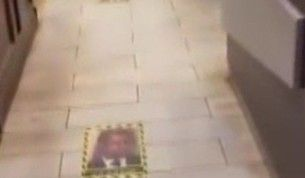 Kuveyt'te Macron'un fotoğrafı restoran girişinin zeminine yapıştırıldı