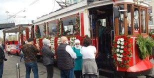 Taksim'in simgelerinden nostaljik tramvay Cumhuriyet Bayramı için süslendi