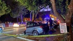 Antalya'da ağaca çarpan otomobil ikiye bölündü
