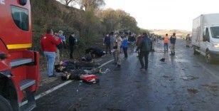 Düzensiz göçmenleri taşıyan minibüs takla attı: 2 ölü, 25 yaralı