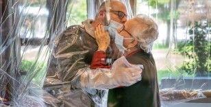 İtalya'da huzurevinde koronaya karşı plastik perdeli sarılma odası